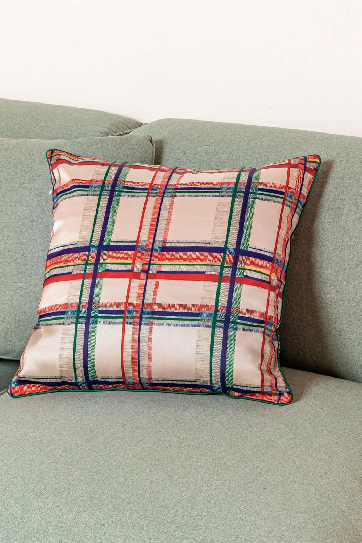 Cuscino in seta Adros, immagine della galleria 1